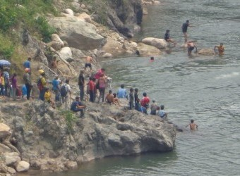 Indigenous Lenca people organized a human barricade to stop a dam on the Gualcarque river. (Photo courtesy of School of Americas Watch)